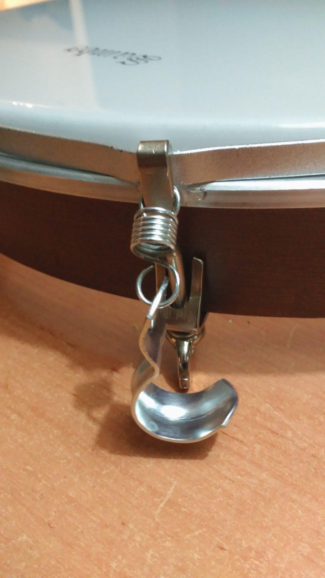 Wheelchair Drum. Insertar el extremo del muelle al tensor.