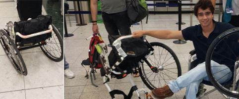 Deportista mostrando como le han destrozaron la silla de ruedas de competición por malos trato