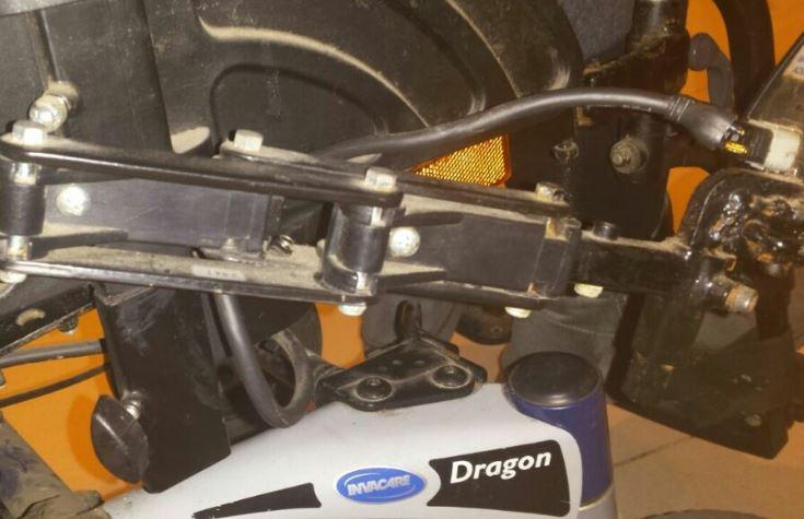 Detalles de otra silla de ruedas dañada por malos tratos en vuelo en avión.