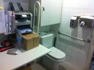 Aseo adaptado usado como oficina