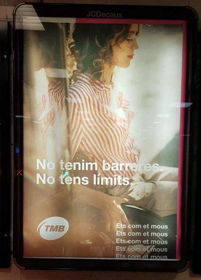 """Cartel publicitario en el metro de barcelona donde se percibe la silueta de una señorita en silla de ruedas con el lema """"No tenemos barreras. No tienes límites.... Eres como te mueves, eres como te mueves, eres como te mueves (repetidas veces como un mantra) Foto hecha por una compañera del colectivo"""