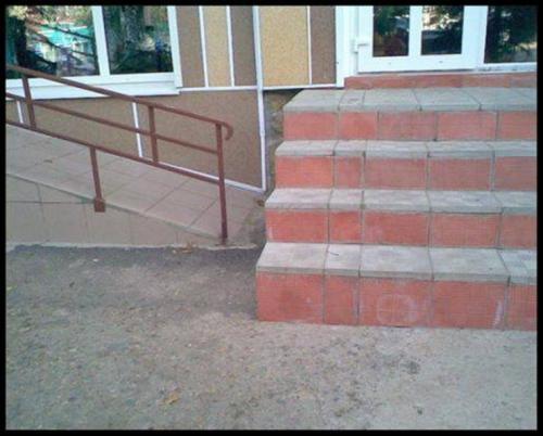 ¿Por donde pasa la silla de ruedas?